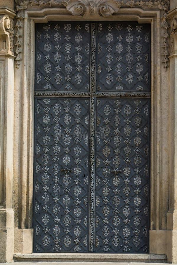 金属古老门细节在布拉格 库存图片