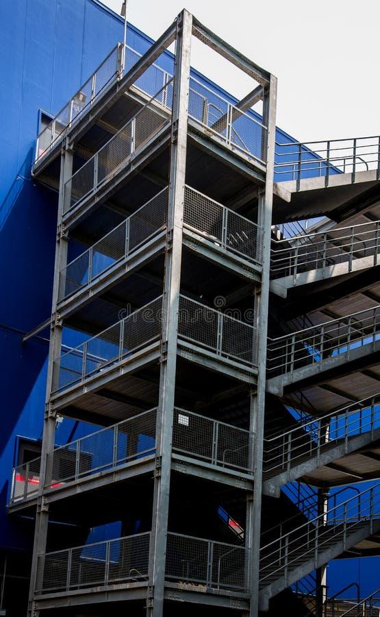 金属台阶的特写镜头在大厦之外的 免版税库存照片