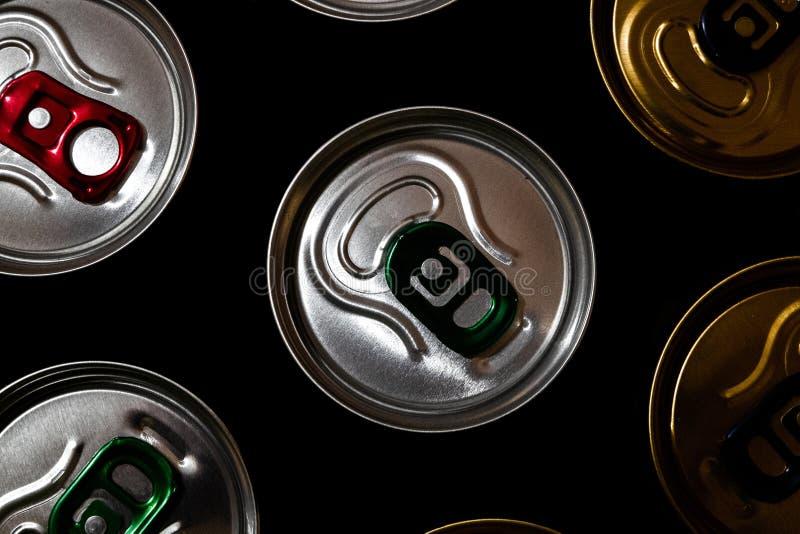 金属啤酒罐在深黑色背景中 各种各样的铝饮料罐头 免版税库存图片