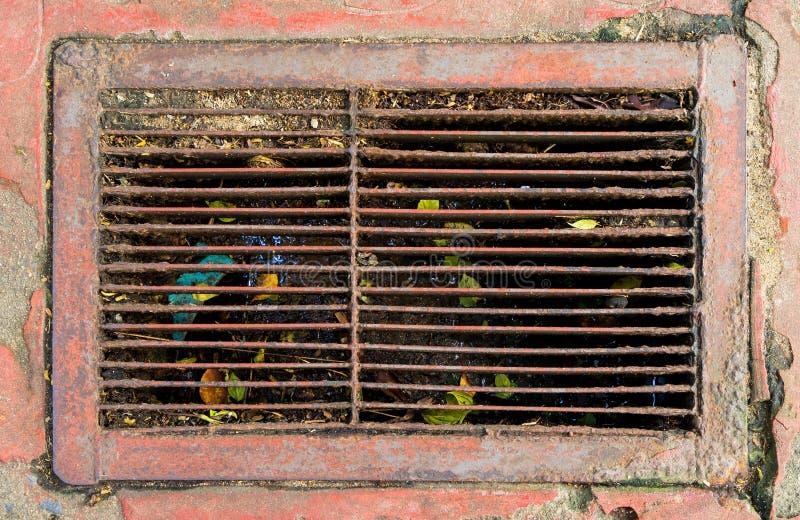 金属土气肮脏的街道水流失充分的gabbage 免版税库存图片