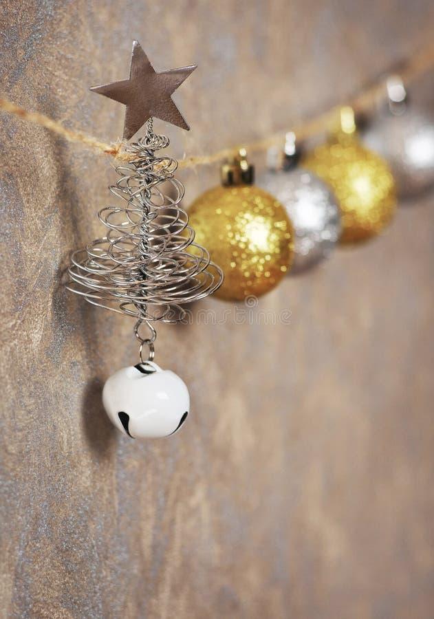 金属圣诞节球和圣诞树与一个星在生产纪录 免版税库存照片