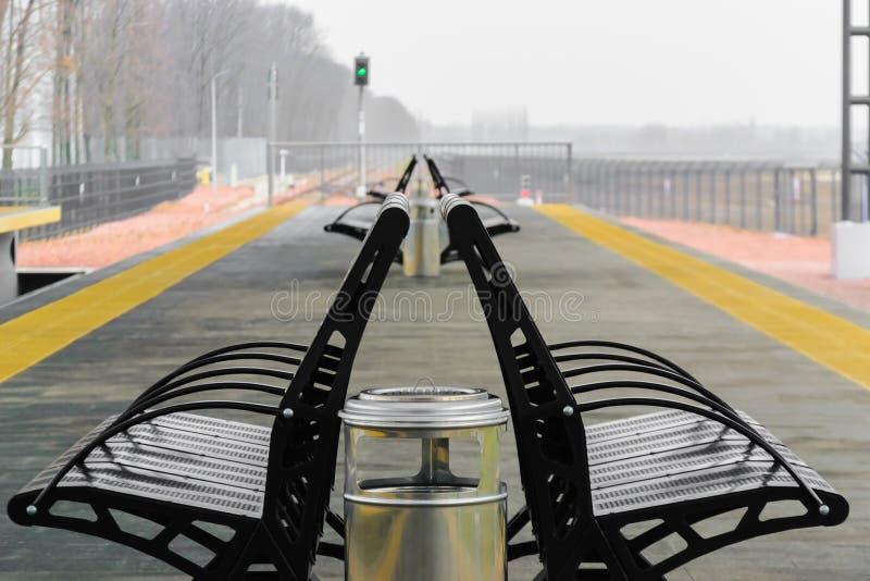 金属在火车站平台的分支黑色 免版税库存图片