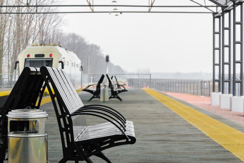 金属在火车站平台的分支黑色 免版税图库摄影
