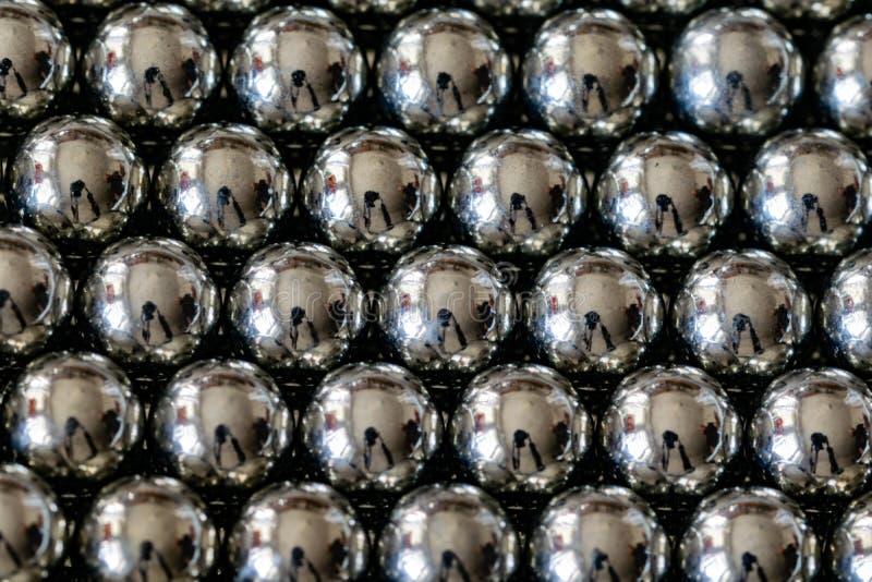 金属在行安排的吊索球,轴承的球 免版税库存照片