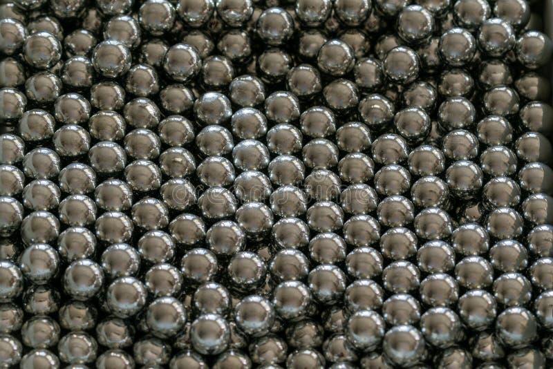 金属在行安排的吊索球,轴承的球 免版税库存图片