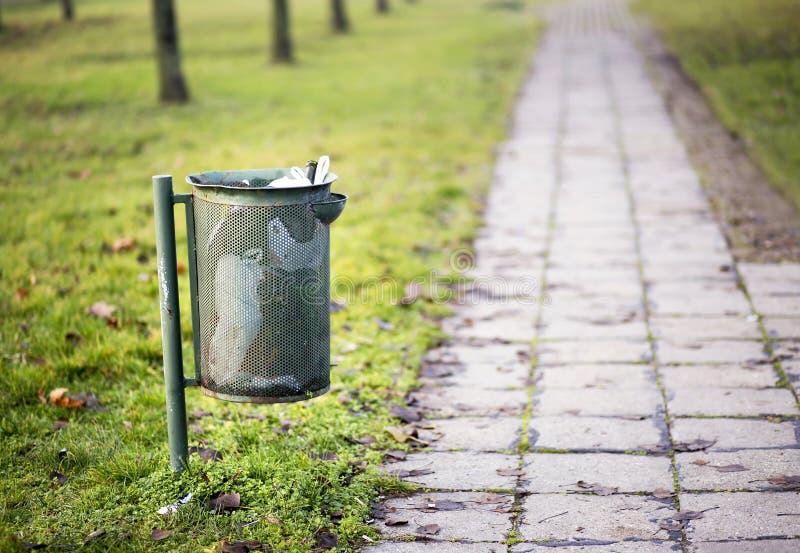 金属垃圾箱-污染概念 免版税图库摄影