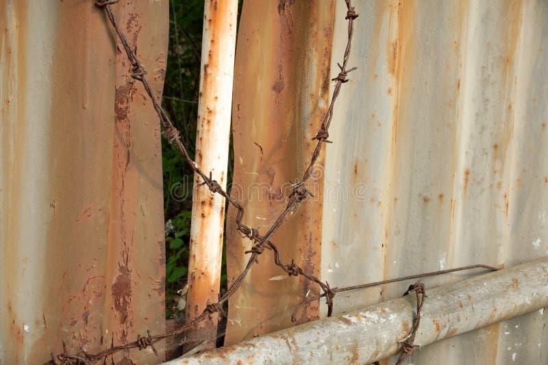 金属墙壁和铁丝网 免版税库存照片