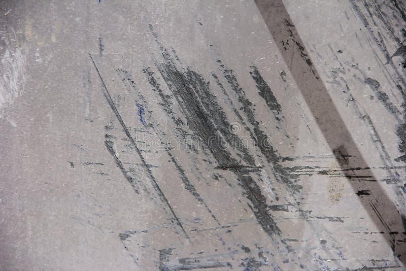 金属墙壁纹理与抓痕、污点和镇压的表面 免版税库存照片