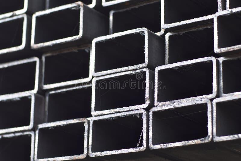 金属外形管子组装的长方形横断面在金属制品仓库  库存照片