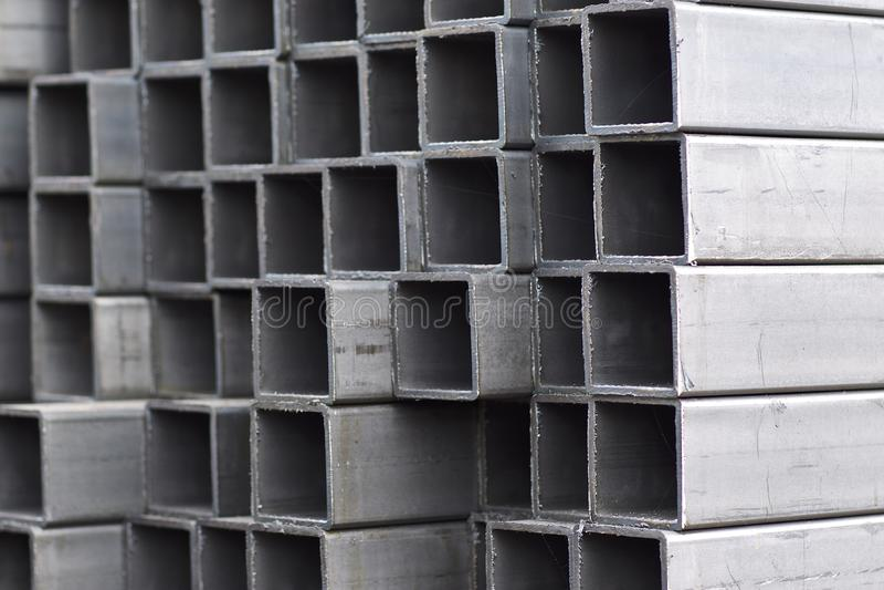 金属外形管子组装的长方形横断面在金属制品仓库  库存图片