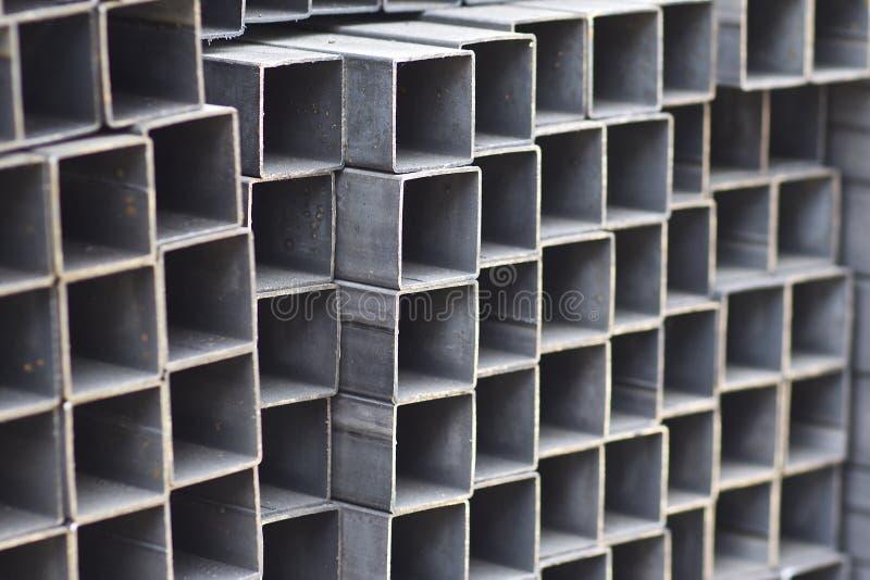 金属外形管子组装的长方形横断面在金属制品仓库  免版税库存图片