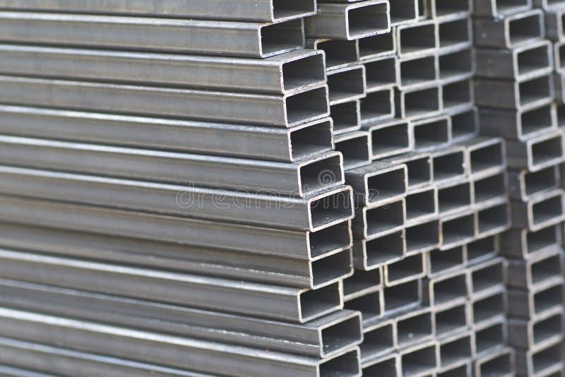 金属外形管子组装的长方形横断面在金属制品仓库  图库摄影
