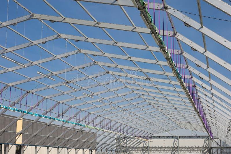 金属天花板结构建设中和天空蔚蓝在背景中 免版税库存图片