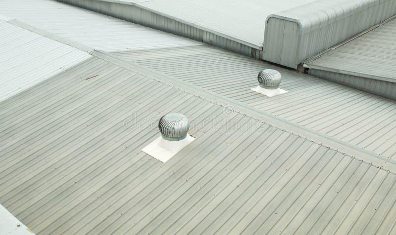 金属屋顶建筑细节在商业建筑的 库存图片