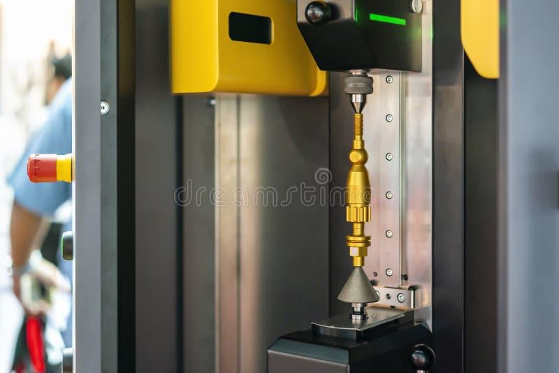 金属工作在设定期间的片断或产品零件在高技术和精确度自动测量机里屋子多的 免版税库存图片