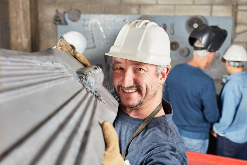 金属工作者运载金属组分 库存照片
