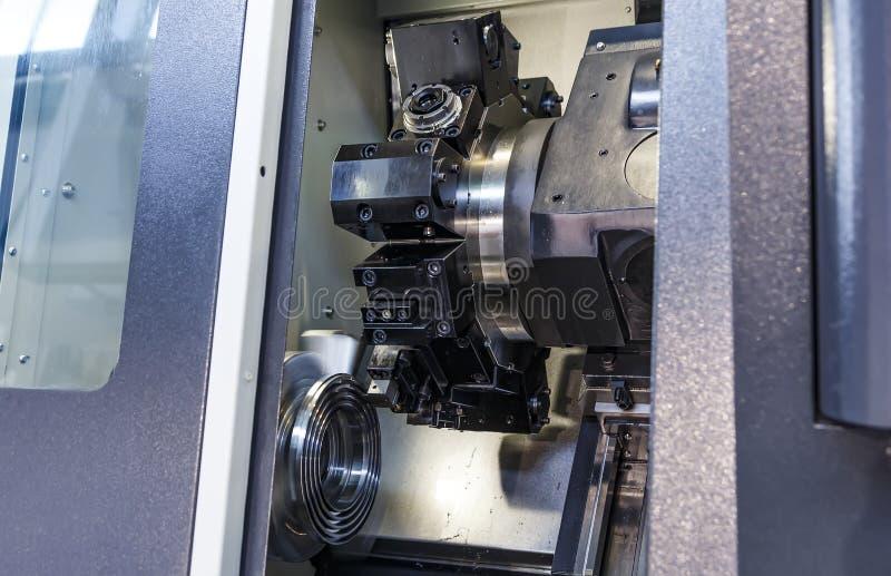 金属工艺产业 在现代金属运作的机械中心的钻孔 免版税库存图片