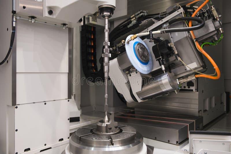 金属工艺产业 操练在现代金属运作的机械中心的一个孔 图库摄影