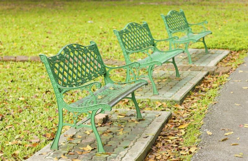 金属庭院椅子在美丽的庭院里 免版税图库摄影