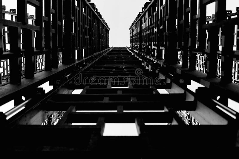金属建筑,小黑角规,对天空的台阶 皇族释放例证