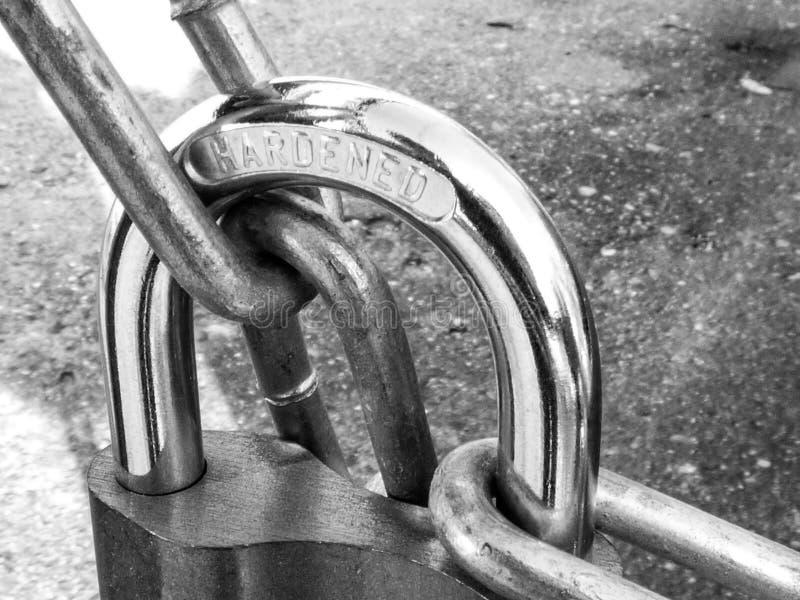 金属挂锁室外的停轮链 免版税库存图片