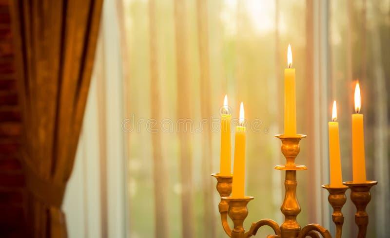 金属有灼烧的蜡烛的葡萄酒烛台 免版税库存照片
