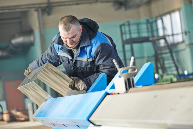 金属板可折叠 产业工人与细节一起使用在立弯机 库存图片