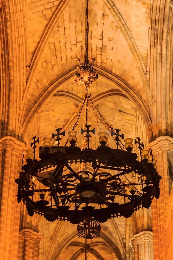 金属枝形吊灯在t大教堂的一间黑暗的哥特式修道院  免版税库存照片