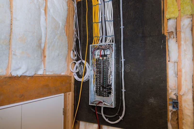 金属棒钢缆箱子的,住宅房子架线的电子终端建设中 免版税库存照片