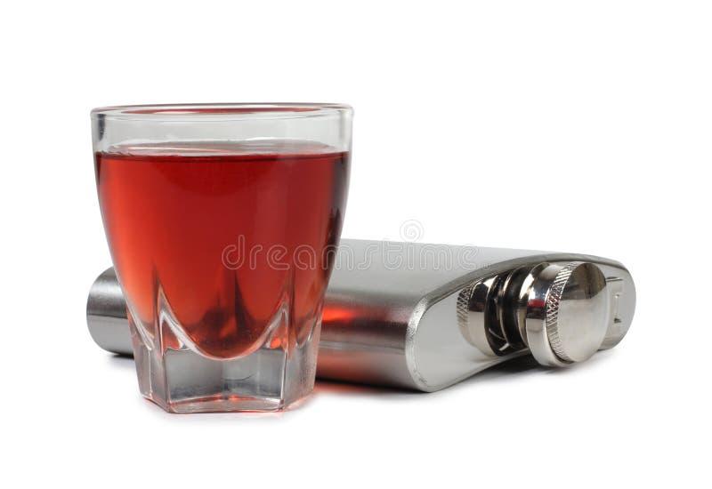 金属烧瓶和玻璃酒 免版税库存照片