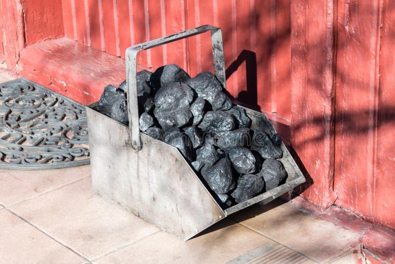 金属煤炭煤斗 运载的煤炭的金属箱子 免版税图库摄影