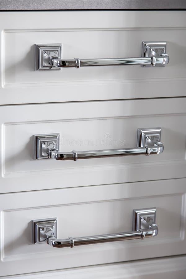 金属白色木梳妆台镀铬物把柄  免版税库存照片