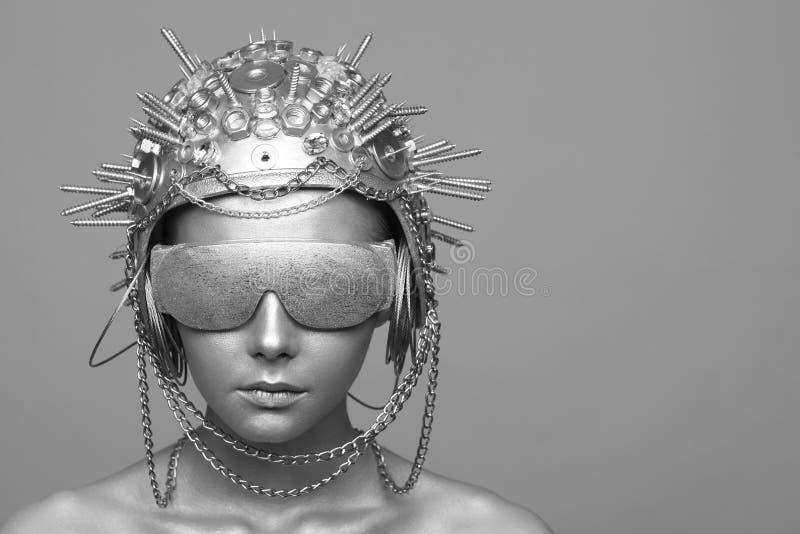 金属盔甲和玻璃的未来派妇女 图库摄影