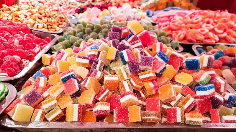 金属箱子有很多五颜六色的甜果子口味切开了用冰糖和果冻糖果 免版税图库摄影