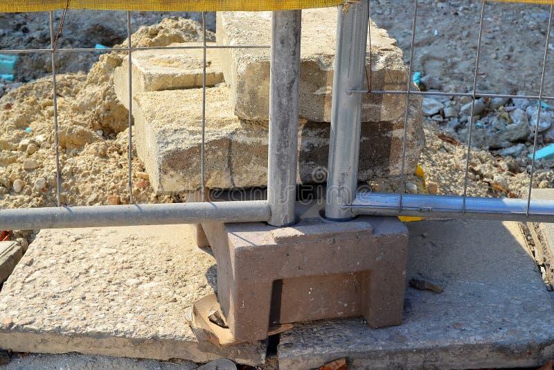 金属篱芭的低部的片段在建造场所附近折磨 库存图片