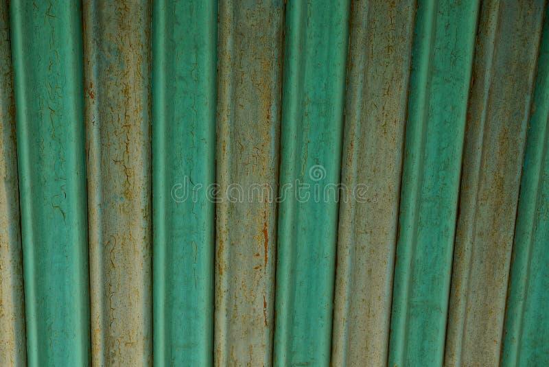 金属老生锈的墙壁的灰色绿色背景 库存照片