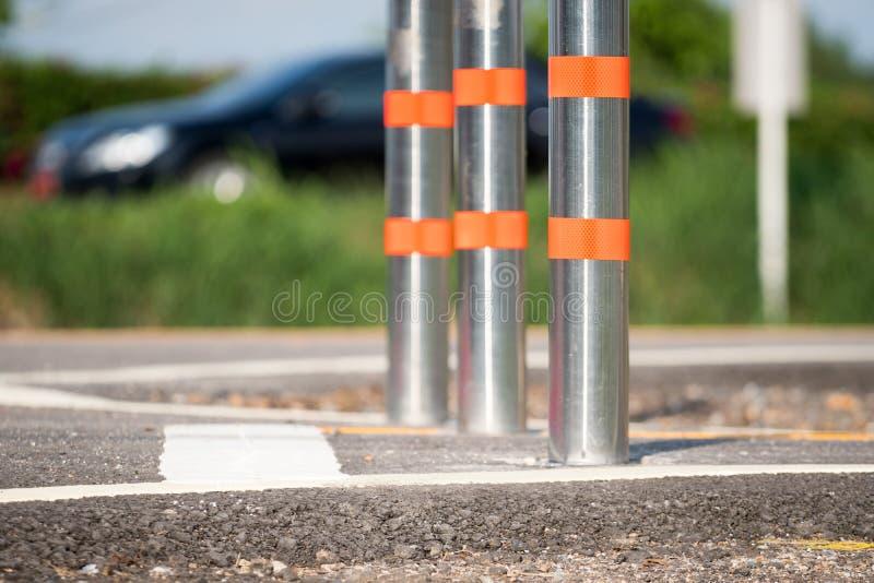 金属自行车车道的交通系船柱 免版税库存照片