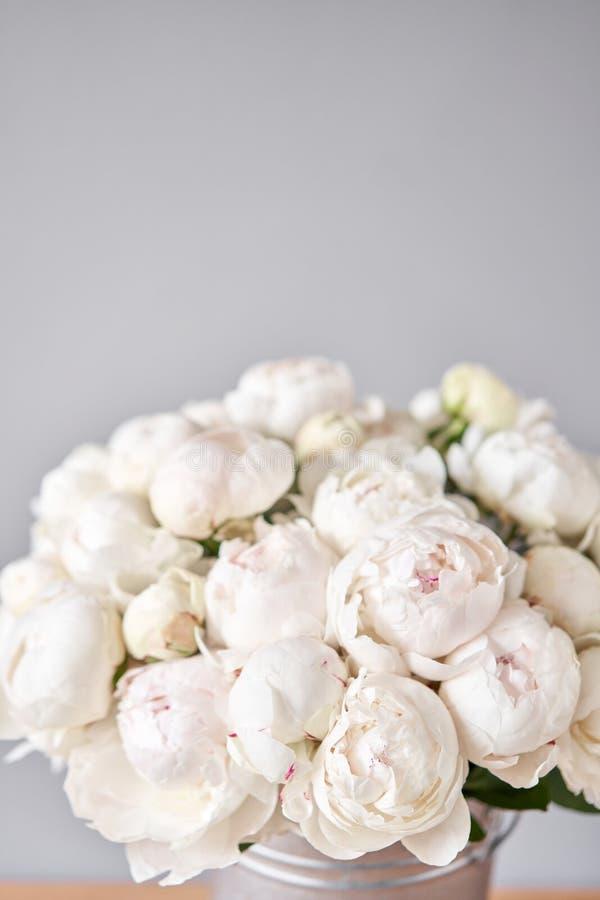 金属花瓶中的白色异齿牡丹 用于目录或网上商店的美丽牡丹花 花店概念 美丽 免版税库存照片