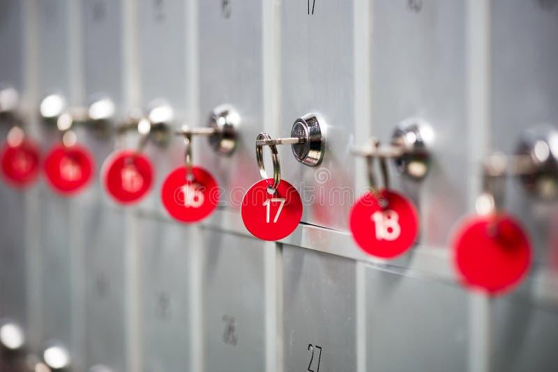 金属衣物柜行在体育更衣室 免版税库存图片