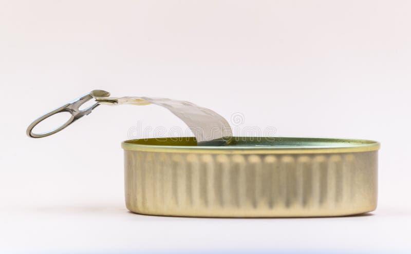金属被打开的罐头,倒空与金子颜色的内容 库存图片