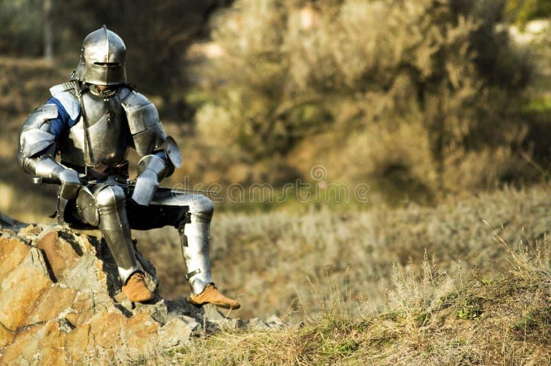 金属装甲的战士决定在争斗以后休息 库存图片