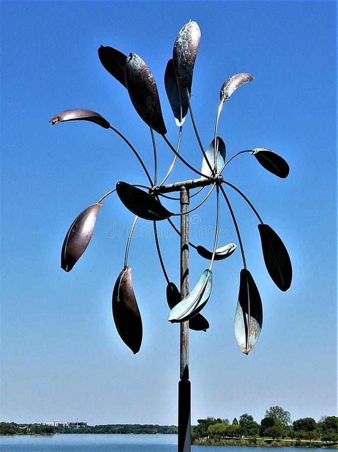 金属轮转焰火雕塑 免版税库存照片