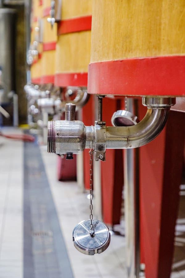 金属轻拍的细节倒空的葡萄开始发酵成为酒f的大桶 库存图片