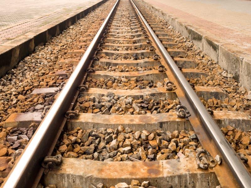 金属铁路或铁路火车有岩石的 运输,旅行,目标,成功的概念 免版税图库摄影