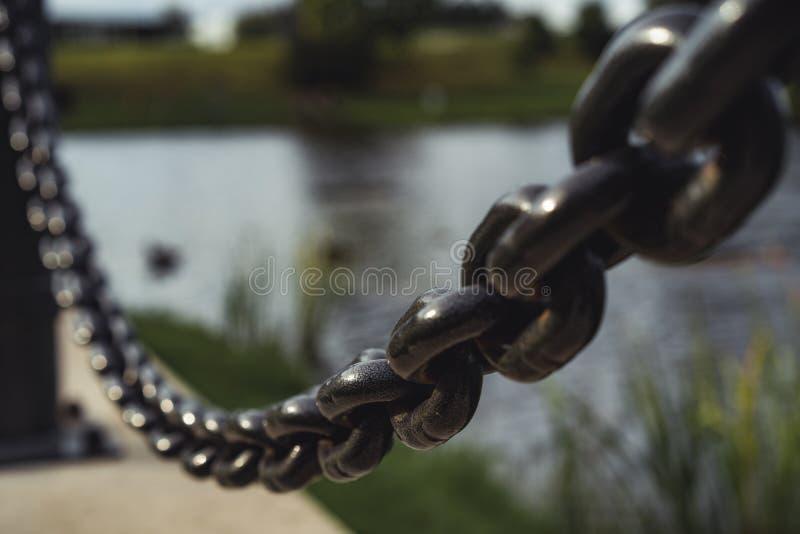 金属链子在成为不饱和的公园-,葡萄酒L特写镜头视图  免版税库存图片