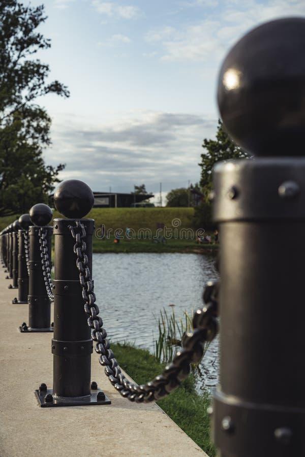 金属链子在成为不饱和的公园-,葡萄酒L特写镜头视图  图库摄影