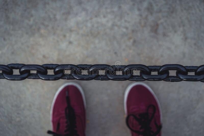金属链子在成为不饱和的公园-,葡萄酒L特写镜头视图  免版税库存照片