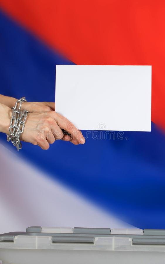 金属链子紧固的女性手熔铸了在ba的选票 库存照片