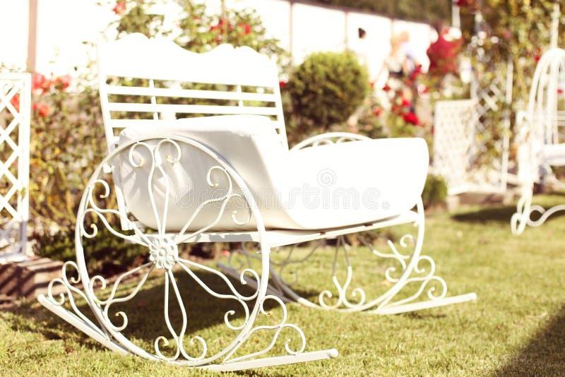 金属长凳在庭院里 免版税库存照片