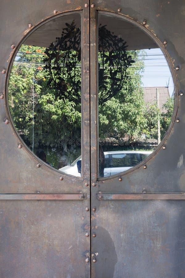 金属门生锈的被腐蚀的纹理 免版税库存照片